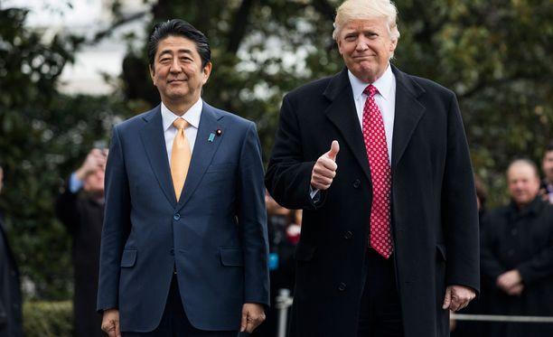 Sosiaalisessa mediassa on viime päivinä levinnyt kuvia, joissa Trump istuu neuvonantajineen golfklubinsa pöydässä kuulemassa raporttia Pohjois-Korean ohjuskokeesta, yhdessä Japanin pääministeri Shinzo Aben (vas.) kanssa.