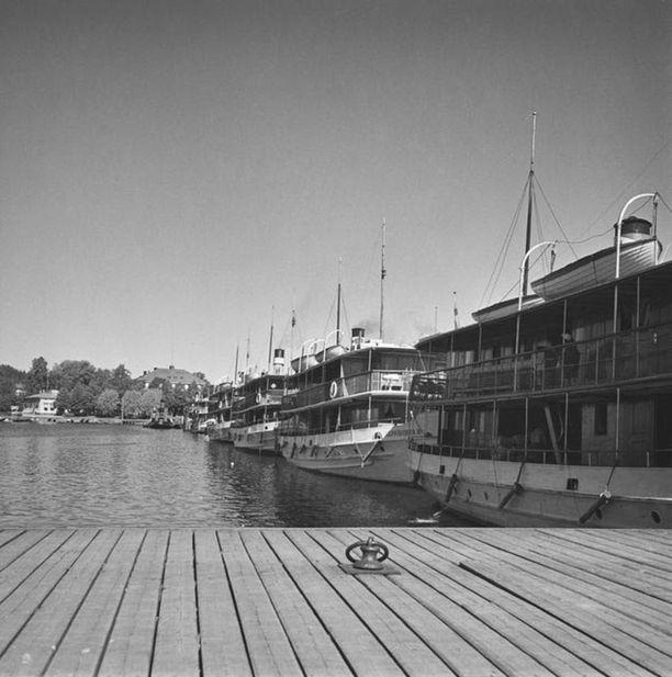 Sisävesihöyrylaivoja Savonlinnan satamassa 1950-luvulla.