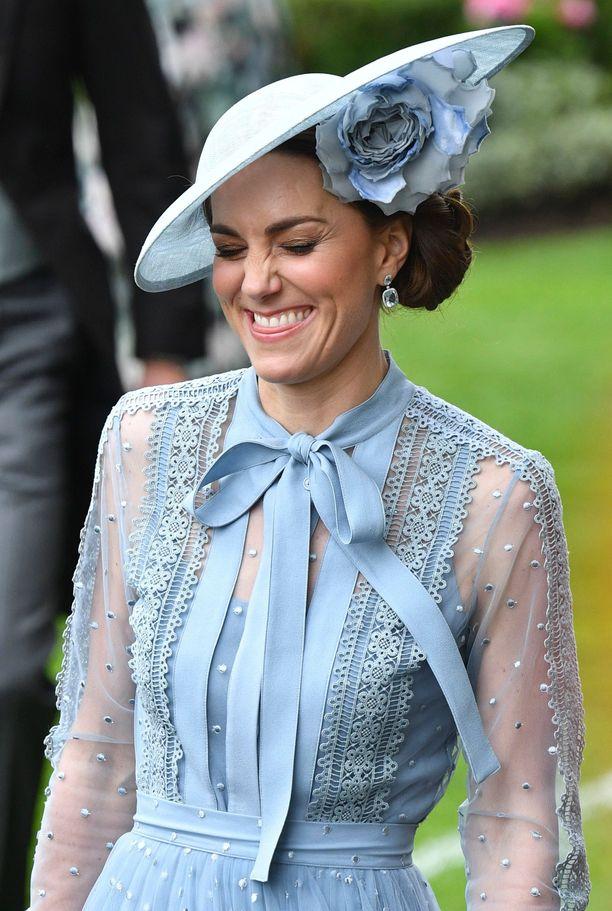 Herttuatar Catherinea nauratti moneen otteeseen.
