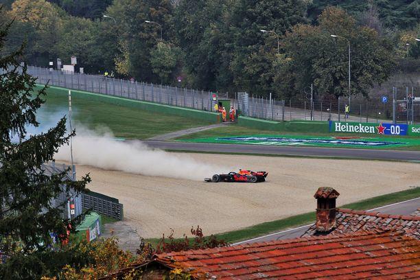 Max Verstappenin Red Bull päätyi Imolan hiekalle rengasrikon jälkeen.