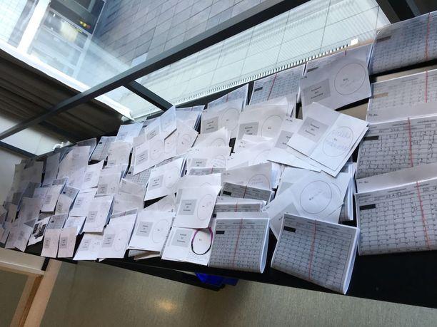 Hylättyjä äänestyslipukkeita Kallion virastotalolla.
