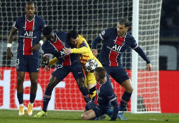 Messi taisteli PSG:n puolustusta vastaan maaliskuussa. Pelaako hän pian heidän kanssaan?