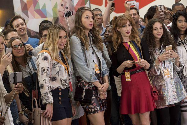 Hilary Duff (vas.) ja Molly Bernard (oik.) esittävät Lizan parikymppisiä kollegoita.