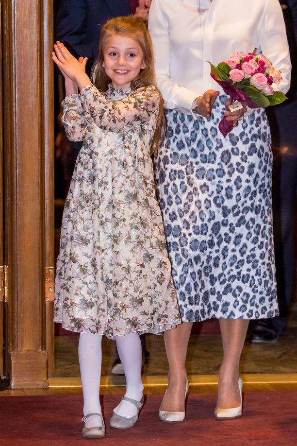 Prinsessa Estelle edusti hymyileväisenä.