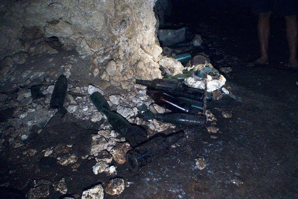 1000 Man Cave -luolastossa on yhä jäljellä japanilaisten sotilaiden tarvikkeita, jotka ovat peräisin toisesta maailmansodasta. Vihreät lasipullot ovat sisältäneet sakea, ruskeat olutta.