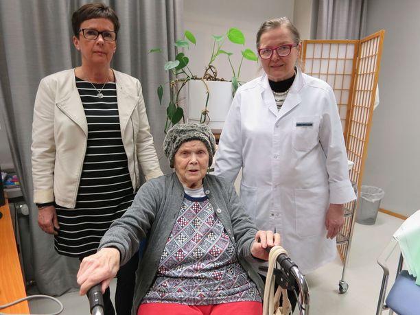 Liisa Tiukka, 91, pelkää hänelle määrättyä häätöpäivää 15. joulukuuta, jolloin käräjäoikeuden päätöksellä häädöllä on lainvoima.Haluan asua omistamassani asunnossa, syyt häätämiseen ovat tekaistut, Liisa sanoo. Ystävät lääkäri Leena Larva ja kiinteistövälittäjä Irma Nieminen ympärillä tukevat vanhusta.