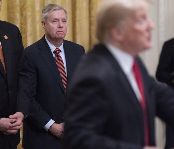 Lindsey Grahamilla on nykyään läheiset välit presidentin kanssa ja hänen sanoillaan on painoarvoa Trumpin päätöksissä.