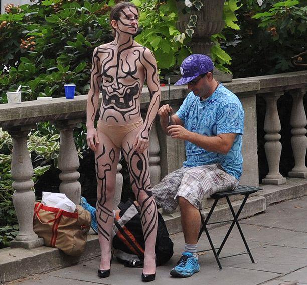 Tyyppi, joka maalasi mallin New Yorkin muotiviikoilla.