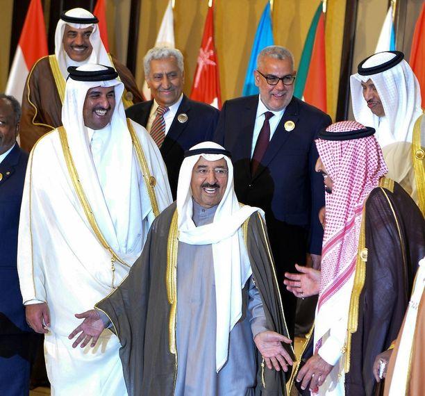 Kuwaitin emiiri Sheikh Sabah Al-Ahmad Al-Jaber Al-Sabah (kesk.) nauroi Qatarin emiirin Sheikh Tamim bin Hamad Al-Thanin ( vas.) ja Saudi-Arabian silloisen kruununprinssin Salman bin Abdulaziz kanssa Kuwaitin huippukokouksessa vuonna 2014.