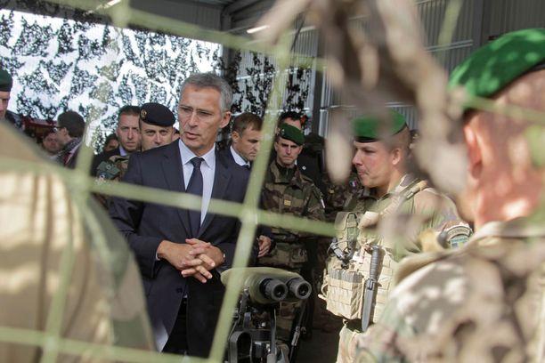 Naton pääsihteeri Jens Stoltenberg vieraili Viroon sijoitettujen Nato-joukkojen luona syyskuun alussa. Arkistokuva.