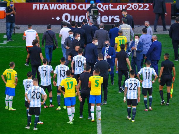 Brasilian ja Argentiinan välinen MM-karsintapeli päättyi sunnuntaina jo parin minuutin pelin jälkeen, kun viranomaiset tulivat keskeyttämään ottelun.