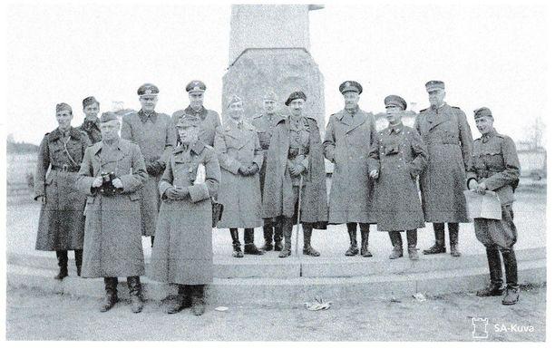 Lokakuussa 1941 vallatussa Äänislinnassa, majuri von Hellens äärimmäisenä oikealla.
