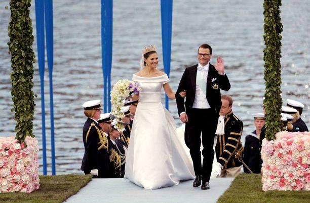 Kruununprinsessa Victoria ja prinssi Daniel jatkoivat vankkuriajelun jälkeen matkaa Vasaorden-aluksella kuten Kaarle Kustaa ja Silviakin tekivät omissa häissään. Kuvassa he ovat astuneet aluksesta Linnan puutarha-alueelle Logårdeniin.