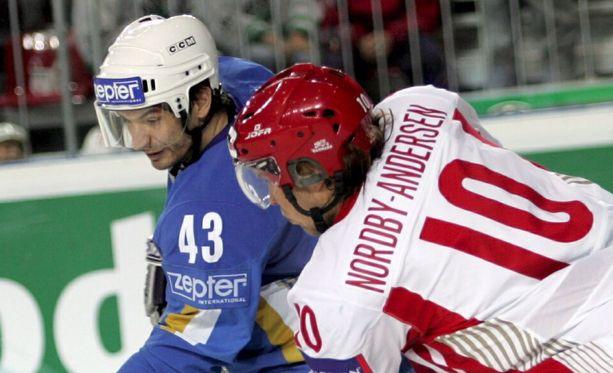 Kazakstanin Jevgeni Pupkov (vas.) taisteli 2006 MM-kisoissa Tanskan  Bo Nordby-Andersenin kanssa.