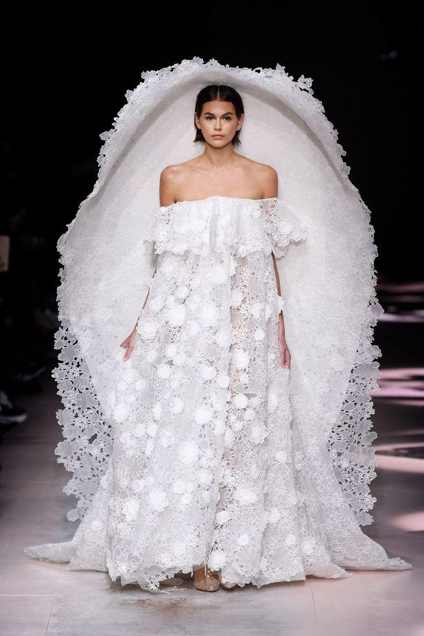 Kaia Gerber Givenchyn näytöksessä.