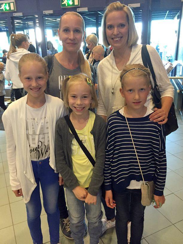 Ida, Vilma ja Eevi lähtivät äitiensä Sinin ja Tean kanssa keikalle.