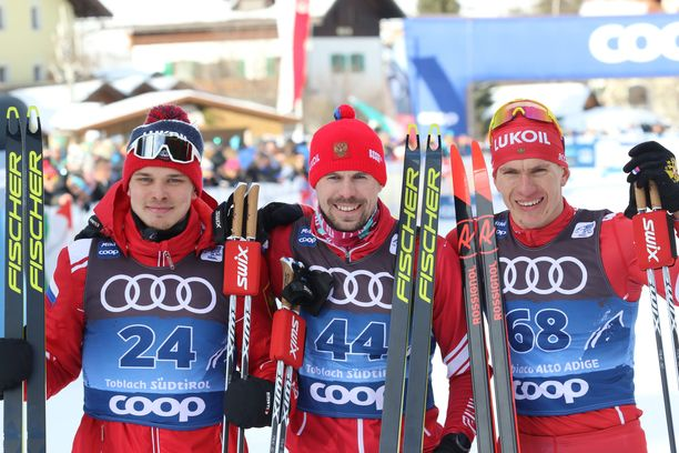 Ivan Jakimushkin (vas.), Sergei Ustjugov ja Aleksandr Bolshunov ottivat kolmoisvoiton viime vuoden Tour de Skillä Toblachissa.