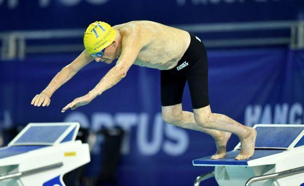 Corones hyppää altaaseen seuraavan kerran lauantaina, kun hän yrittää rikkoa 100 metrin vapaauinnin ME:n.