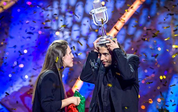 Salvador Sobral voitti euroviisut lauantaina. Lavalla myös Salvadorin sisar Luisa.