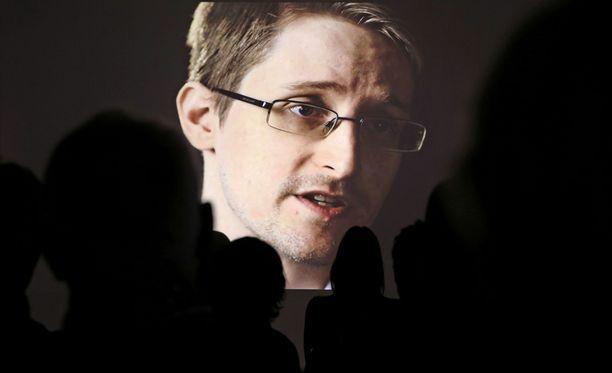Edward Snowdenin mukaan brittivakoojat voivat kaapata puhelimen yhdellä tekstiviestillä.