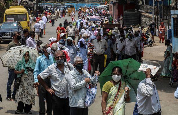 Ihmiset jonottivat koronavirusrokotteelle Intian Mumbaissa huhtikuun 26. päivä.