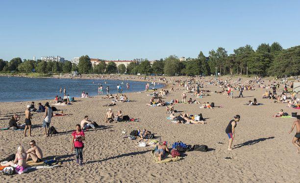 Hellettä pääsee pakoon esimerkiksi rannalle. Monessa kodissa sen sijaan kärsitään.