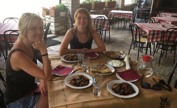 Kreikkalaisessa Dionysos-tavernassa Vikoksen kylässä oli tarjolla perinteistä briam-kasvisruokaa. Tavernan tarjonnasta kaikki viineistä tsiporoon ja jogurttiin oli tehty alusta asti itse.