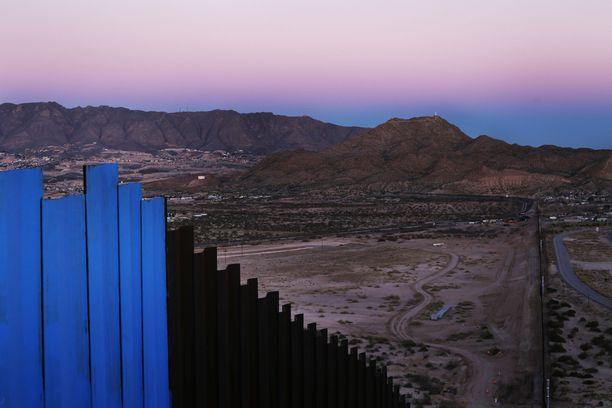 Osa Yhdysvaltain ja Meksikon välisestä rajasta on jo tälläkin hetkellä suljettu kuvassa näkyvällä raja-aidalla, mutta Trump haluaa muurista entistä kattavamman ja isomman.