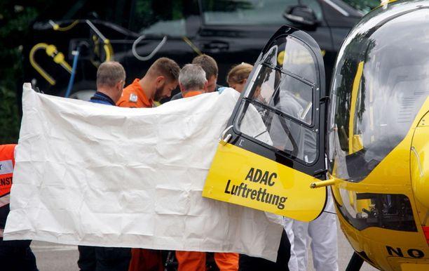 Itsensä tuleen sytytänyt mies nostettiin ambulanssihelikopterin kyytiin Saksan Göppingenissä tiistaina.