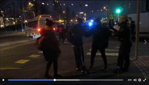 Pakkopalautuksia vastustavat mielenosoittajat ja poliisi ottivat yhteen maanantaina iltana Pasilan poliisiaseman edustalla. Kuvakaappaus Oikeus elää -sivustolla julkaistusta videosta.