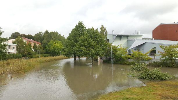 Puro tulvi puistoväylät käyttökelvottomaan kuntoon.