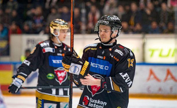 Kärppien Julius Junttila teki tiistaina Oulussa Kärppien kolmannen ja neljännen maalin. Kolmatta maalia taisi edeltää paitsio.
