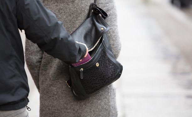 Naiselta varastettiin käsilaukku sunnuntaina Helsingin Etelä-Haagassa. Kuvituskuva.