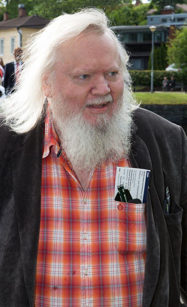 Kapellimestari Leif Segerstam viiletti katsomoon tukka hulmuten.