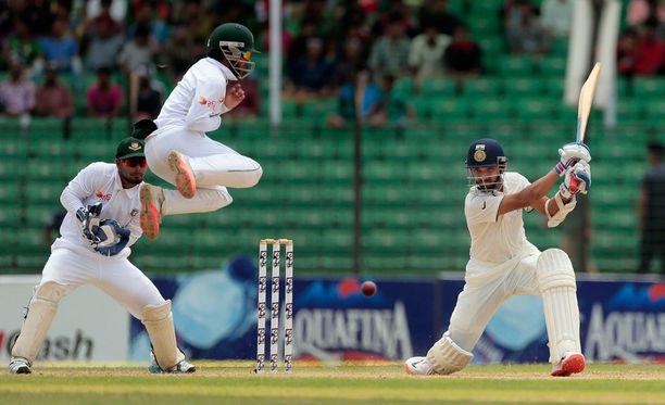 Krikettiotteluissa saa pitää silmänsä auki. Kuvituskuva Intian ja Bangladeshin välisestä ottelusta.