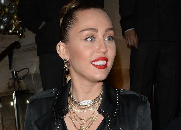 Miley Cyrus on tunnettu laulaja ja näyttelijä.