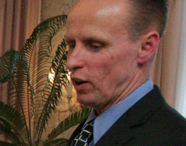 Espoon valtuustoa johtavan Markku Sistosen mukaan metropolialueen hankkeissa on ryhdyttävä töihin ja unohdettava hallintomalleilla pallottelu.