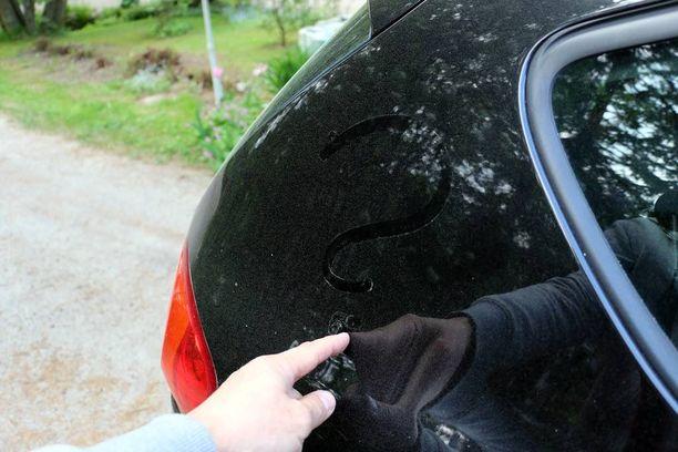 Auton pintaan ilmestyi ensin kirkasta tahmeaa ainetta ja sitten vaalea pölykerros.