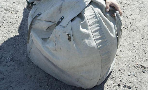 Armeijan ensimmäinen haaste on oman varustesäkin kantaminen varusvarastolta kasarmille.