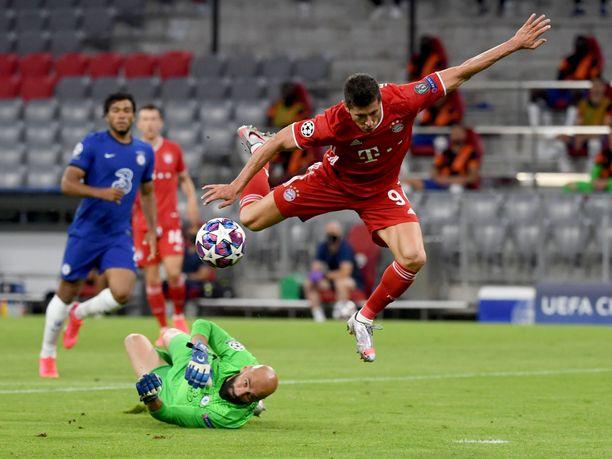 Bayern Münchenin Robert Lewandowski teki kaksi maalia, kun Bayern löi Chelsean maalein 4–1.