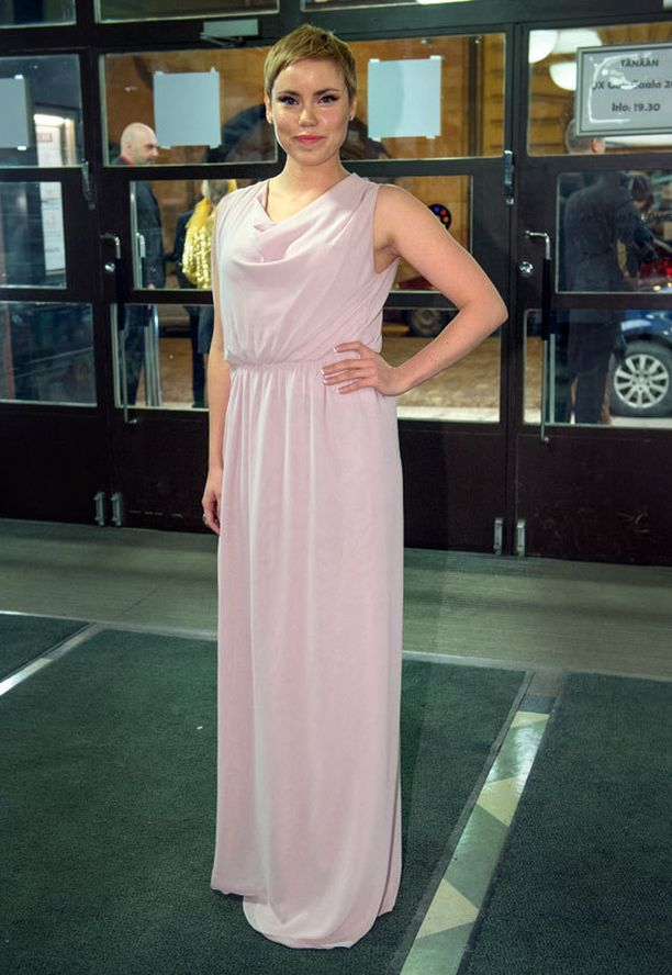 Sara Melleri hehkui vaaleanpunaisessa iltapuvussa.