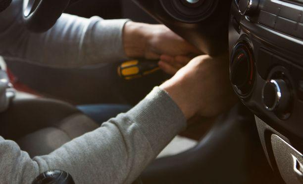 Tapahtunutta selvitettäessä kävi ilmi, että autoon tunkeutunut, vuonna 1985 syntynyt mikkeliläismies, oli tullut paikalle perjantaina Mikkelistä varastetulla VW Transporterilla. Kuvituskuva.