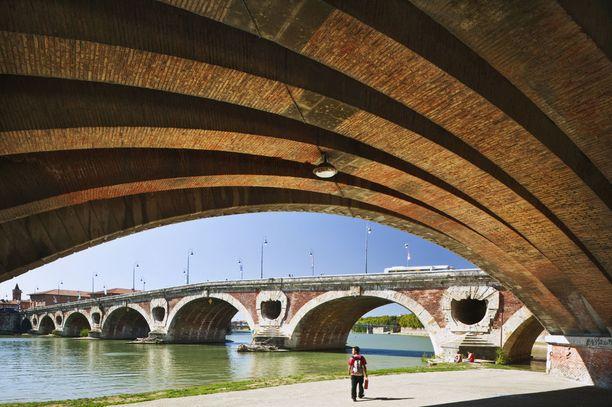Toulousessa kannattaa kuljeskella Garonne-joen rannoilla.