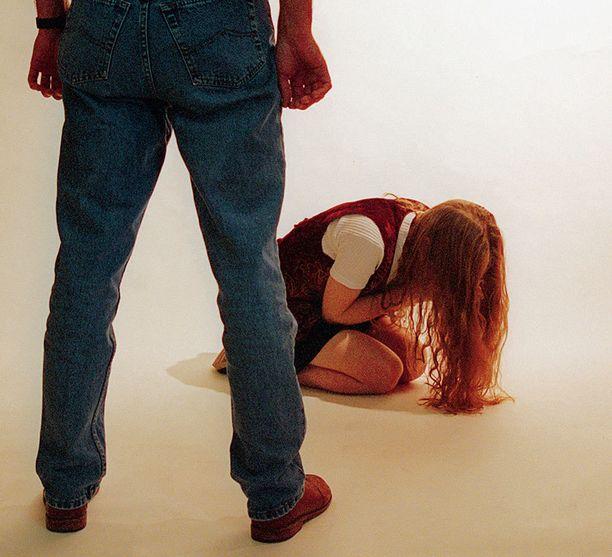 Syytteen mukaan mies on raiskannut tytön toistuvasti. (Kuvituskuva)