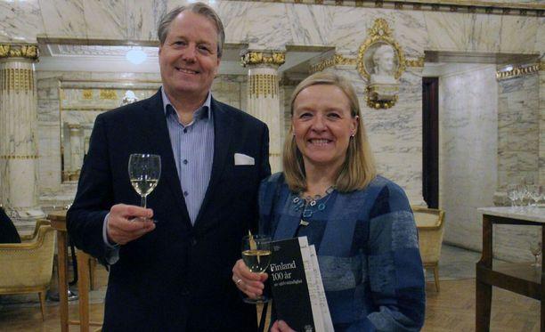 Joakim ja Minna Gräns viettävät itsenäisyyspäivää Suomessa oopperan ja soihtukulkueen merkeissä.