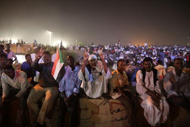 Kansa on osoittanut sitkeästi mieltään kuukausikaupalla Khartumissa. Kuva toukokuun lopulta.