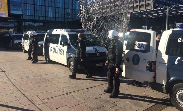Poliisi jakoi Narinkkatorin kahtia.