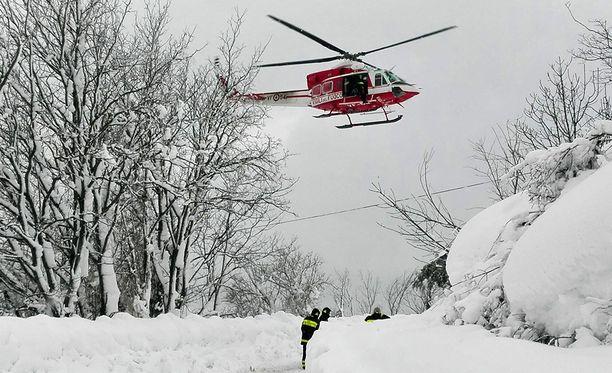 Helikopteri osallistui pelastustöihin lumivyöryn jäljiltä.