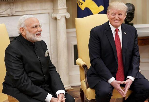 Kättelytilanteessa molemmat hymyilivät.