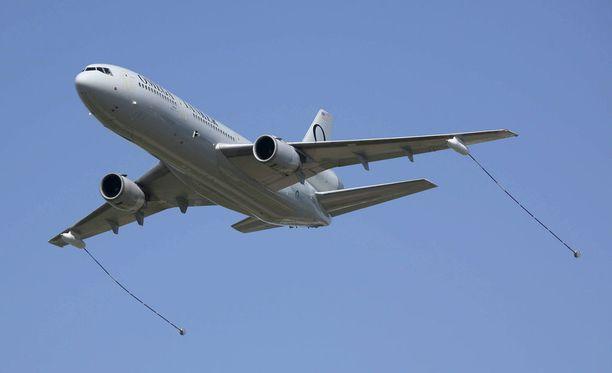 Tällainen Omega Air -yhtiön DC-10-tyyppinen ilmatankkeri on mukana ilmavoimien ilmatankkausharjoituksessa. Kuva vuodelta 2010.